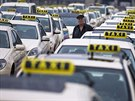 Nm�eck� �of�r taxi poslouch� proslovy koleg� b�hem protestu v Berl�n� (11....