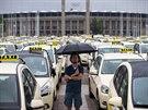 Na protestní jízdu Berlínem vyrazily i přes nepřízeň počasí tisíce taxikářů...