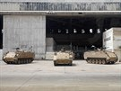 Na bezpečnost letiště v Karáčí po nedělním útoku dohlíží mimo jiné vojáci v...