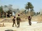 Příslušníci iráckých bezpečnostních složek pálí na povstalce z řad ISIL (14....