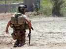 Příslušníci iráckých bezpečnostních sil zaujímají pozice při bojích s islamisty...