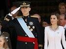 Nový královský pár, král Felipe Vi. a královna Letizia, sledují vojenskou...