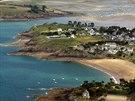 Malebné pobřeží východně od St. Malo