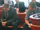 Dva z obžalovaných dozorců. Vlevo Pavel Nadkanský, který podle obžaloby jako...