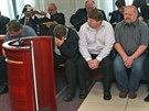 Na lavice obžalovaných usedli čtyři dozorci a sedm dalších jejich údajných...