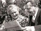 Klement Gottwald coby předseda vlády (1947). S manželkou čtou noviny na zahradě...
