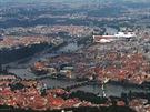 Nad Karlovým mostem. Následuje Mánesův most a hned u jeho paty budova...