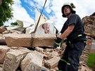Hasiči spolu s památkáři odstraňují pískovcové kvádry z pobořené brány v...