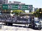 KAMION ŠAMPION. Vítězové NHL se projeli ulicemi Los Angeles na korbě náklaďáku.