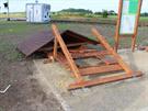 Zničené lavičky s přístřeškem u cyklostezky vedoucí k přírodnímu koupání v...