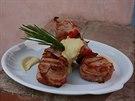 Špízy s vepřovou panenkou zabalenou do anglické slaniny, s fajnovou omáčkou z domácí majonézy.