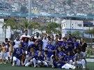 Angličtí fotbalisté pózují ve sportovním komplexu v chudinské čtvrti Rocinha na...