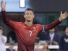 Cristiano Ronaldo v přípravném utkání proti Irsku poté, co z přímého kopu...