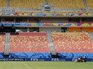 Správce hřiště na stadionu Manausu seká trávník, na který už brzy vyběhnou...