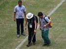 Správci hřiště v Manausu připravují trávník nad zápas Angličanů s Italy....