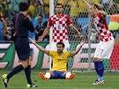 Japonský sudí Jušči Nišimura právě nařizuje pokutový kop proti Chorvatům za...