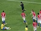 Japonský sudí Jušči Nišimura právě nařídil pokutový kop proti Chorvatsku za...