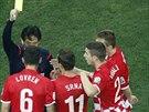 Japonský sudí Jušči Nišimura napomíná chorvatského obránce Lovrena poté, co za...