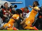 Didier Drogba (vpravo) stíhá střelce gólu Gervinha při oslavách obratu v utkání...
