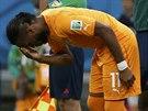 MODLITBA Didier Drogba (vlevo) se krátce před příchodem na hřiště v utkání s...