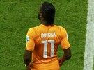 JDU NA TO Didier Drogba čeká při střídání v utkání s Japonskem, až se dostaví...