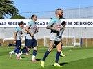 Portugal�t� fotbalist� tr�nuj� v Campinas. Za nimi je transparent, kter� ��k�:...