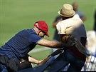Ochranka v tr�ninkov�m centru v Campinas zasahuje proti jednomu z fanou�k�.