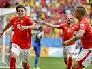 Švýcarský záložník Admir Mehmedi (vlevo) slaví gól, kterým na MS proti Ekvádoru...