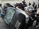 Demonstranti demolují policejní vůz v Belo Horozinte během mistrovství světa...