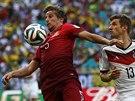 ZPRACOVÁNÍ. Portugalec Fabio Coentrao si kryje míč před Němcem Thomase Müllerem.