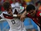 OSTRÝ BLOK. Portugalec Pepe (vpravo) brání Thomase Müllera, který v zápase...