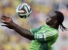 ZPRACOVÁNÍ. Nigérijec Victor Moses si sklepává míč v utkání proti Íránu.