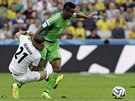 Nig�rijec John Obi Mikel (v zelen�m) b�� na m��em, �r�nec A�kan Dad�ag� s n�m...
