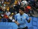 GÓLOVÁ HLAVIČKA. Luis Suárez překováná anglického brankáře.