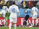 1:0. Luis Suárez otevírá skóre zápasu Uruguay - Anglie.