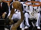 Kawhi Leonard ze San Antonia smečuje ve třetím finále NBA proti Miami.