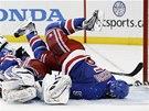 TVÁŘÍ NA LED. Dan Girardi z New York Rangers se snaží pomoci svému brankáři