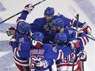 DOBRÁ PRÁCE. Hokejisté New York Rangers oslavují gól.