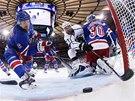 NEBUDE TO GÓL. Anton Stralman z New York Rangers zachraňuje na brankové čáře