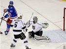 GÓL. Benoit Pouliot z New York Rangers usměrňuje puk za záda brankáře Los