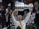 STRŮJCE ÚSPĚCHU. Trenér Los Angeles Darryl Sutter s trofejí pro vítěze Stanley