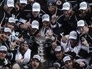 ŠAMPIONI. Hokejisté Los Angeles pózují se Stanley Cupem.
