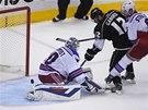 SLOVENSKÝ KANONÝR. Brankář New York Rangers Henrik Lundqvist inkasuje po šanci