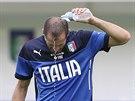 Italský obránce Giorgio Chiellini se osvěžuje během tréninku.