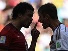 Portugalsk� obr�nce Pepe a n�meck� �to�n�k Thomas M�ller ve sporu, po kter�m...