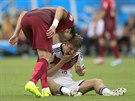 Portugalský obránce Pepe svérázným způsobem domlouvá Thomasi Müllerovi z...