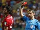 Portugalsk� obr�nce Pepe dost�v� �ervenou kartu.