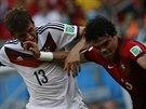 Portugalský obránce Pepe a Thomas Müller z Německa bojují o míč.