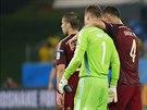 Spoluhráči utěšují ruského brankáře Igora Akinfejeva, který v zápase proti...