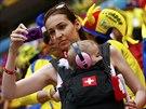 S DÍTĚTEM. Tato příznivkyně Švýcarska dorazila na zápas proti Ekvádoru i s...